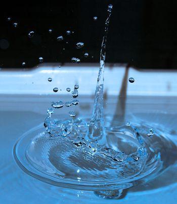 מים זכים – פרודה של מים מורכבת משני אטומי מימן(H2) ואטום אחד של חמצן (O) או בקיצור H2 O