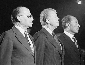 מנחם בגין, אנואר סאדאת וגי'מי קרטר בזמן הדיונים על הסכם השלום בין ישראל למצרים.