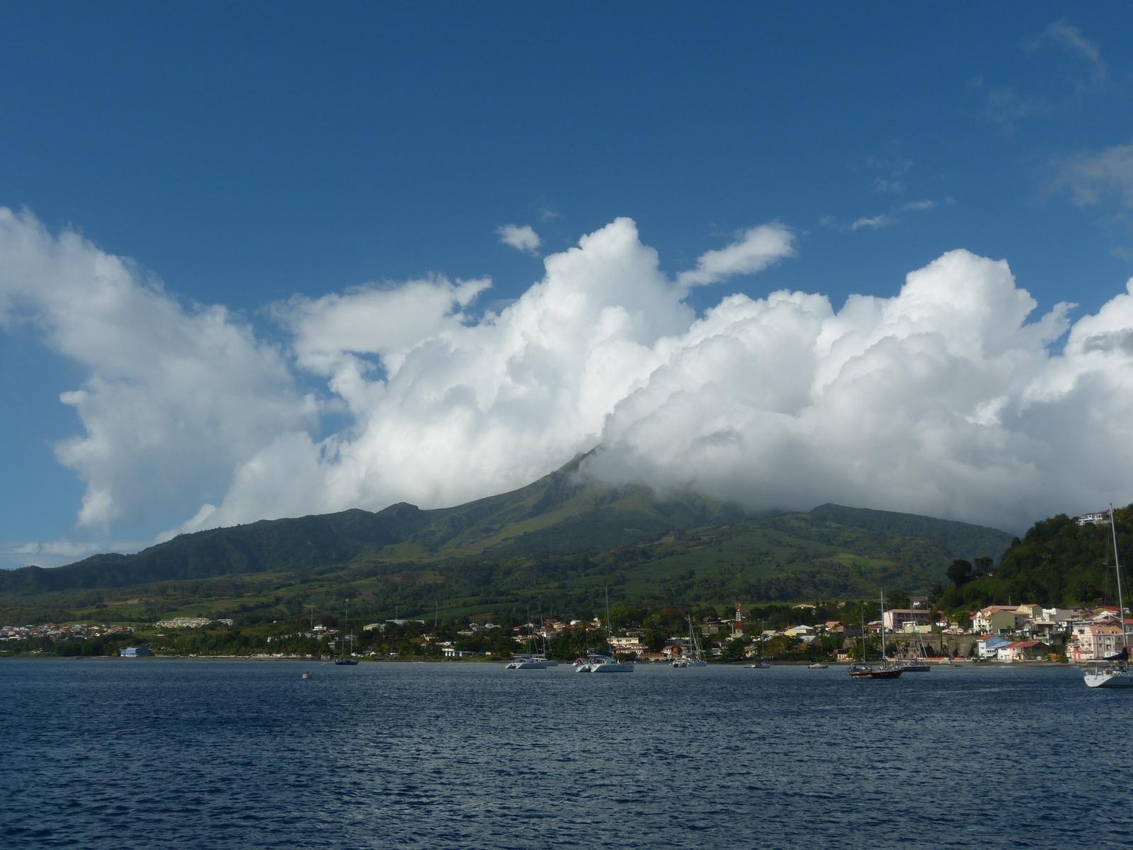 הר הגעש פלה ולמרגלותיו העיירה סנט פייר