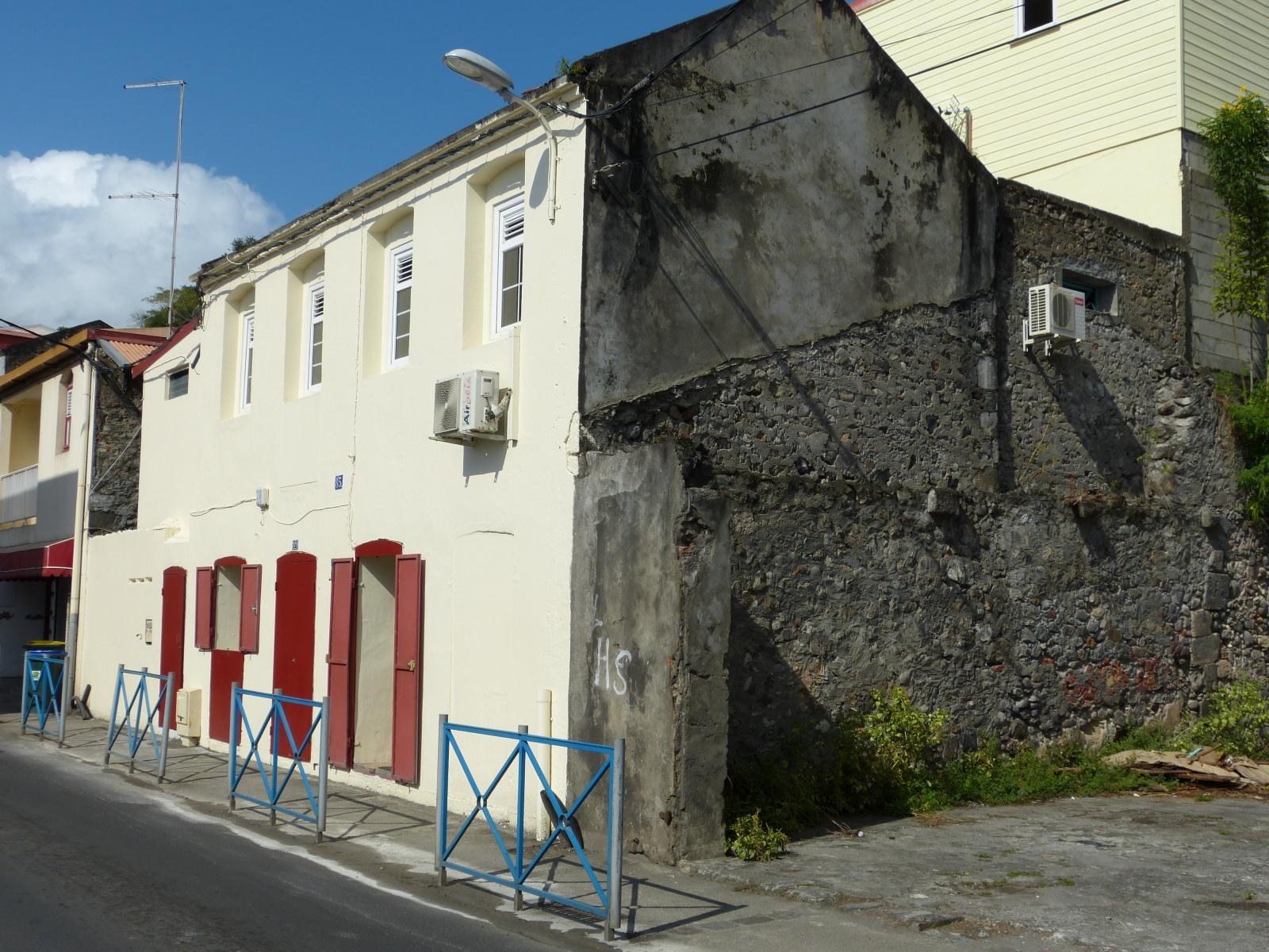 בניין בעיירה סנט פייר של היום. שימו לב שהוא בנוי על קיר אבן מבניין שנהרס